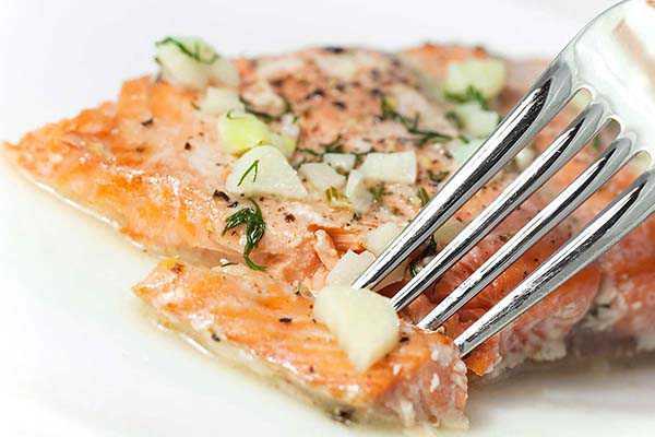 Печеная рыба с бананово-апельсиновой заправкой